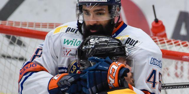 Växjös Daniel Rahimi och Skellefteås Jimmie Ericsson i tät kamp framför målet. Erland Segerstedt/TT / TT NYHETSBYRÅN