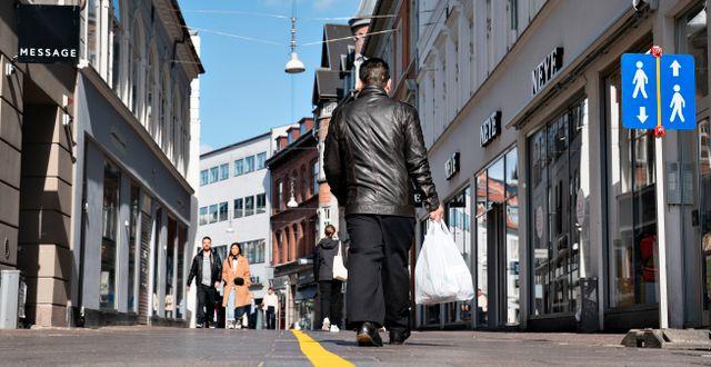 Arkivbild. En gul linje på gågatan I Aalborg ska hjälpa shoppare att hålla avstånd Henning Bagger / TT NYHETSBYRÅN