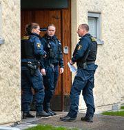 Polisen vid bostadshuset i Haninge. Claudio Bresciani / TT / TT NYHETSBYRÅN