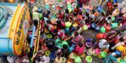Människor står i kö för att få vatten. R. Parthibhan / TT NYHETSBYRÅN