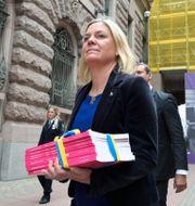 Finansminister Magdalena Andersson (S) under måndagens budgetpromenad.  Anders Wiklund/TT / TT NYHETSBYRÅN
