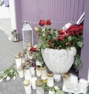 Blommor har lämnats för att hedra offren i Kongsberg.  Terje Pedersen / TT NYHETSBYRÅN
