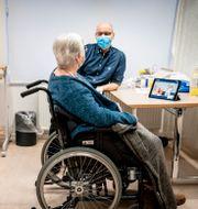 Jytte Margrethe Frederiksen samtalar med läkare inför vaccineringen, 27 december. Mads Claus Rasmussen / TT NYHETSBYRÅN