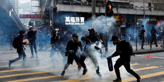 Polisen avfyrar tårgas mot demonstranterna.  AHMAD MASOOD / TT NYHETSBYRÅN