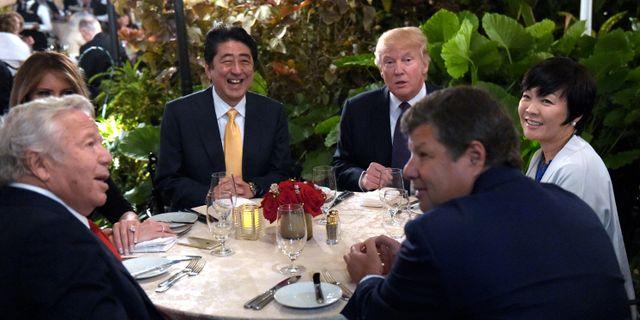 Donald Trump och Shinzo Abe deltar i en middag på Mar-a-Lago. Susan Walsh / TT / NTB Scanpix