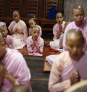 Flickor i Myanmar som går i skola på ett buddhistiskt nunnekloster. YE AUNG THU / AFP