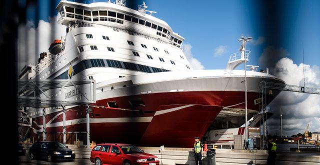 Resenärer vid Viking Line terminal på Stadsgården i Stockholm. Fartyget M/S Gabriella ses i bakgrunden. Arkivbild. Erik Simander/TT / TT NYHETSBYRÅN