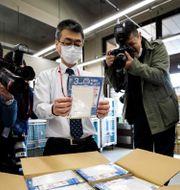 """""""Abenomasks"""" (Abe's mask) har delats ut i Japan för att hindra smittspridning.  BEHROUZ MEHRI / TT NYHETSBYRÅN"""