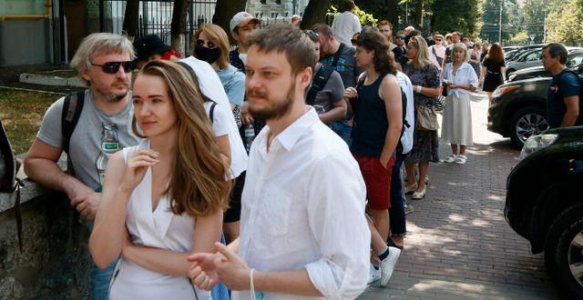 Väljare i Minsk under söndagen. Efrem Lukatsky / TT NYHETSBYRÅN