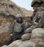 Ukrainas president Volodymyr Zelenskyy besöker militärer i östra Ukraina. TT NYHETSBYRÅN