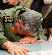 Ayatolla Ali Khamenei vid Soleimanis kista.  - / IRANIAN SUPREME LEADER'S WEBSITE