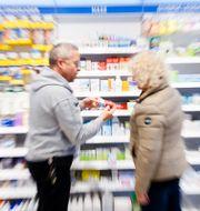 Personer på ett apotek. Kallestad, Gorm / TT NYHETSBYRÅN