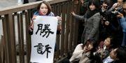Japanska journalisten Shiori Ito håller upp ett plakat där det står seger. KYODO Kyodo / TT NYHETSBYRÅN