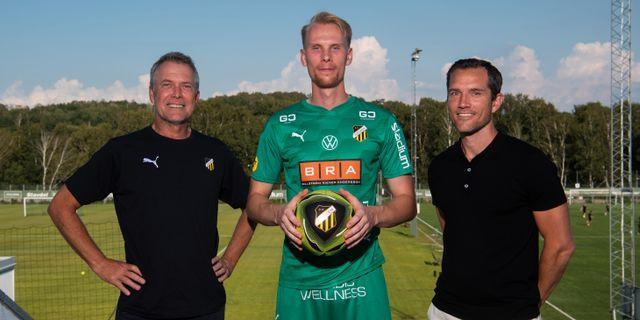 Målvakten Pontus Dahlberg, här med sportchef Sonny Karlsson och assisterande sportchef Martin Ericsson. DANIEL STILLER / BILDBYRÅN