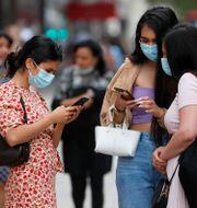 Kvinnor med munskydd i London. Frank Augstein / TT NYHETSBYRÅN