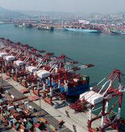 Containerhamnen i Qingdao östkinesiska provinsen Shandong. TT NYHETSBYRÅN