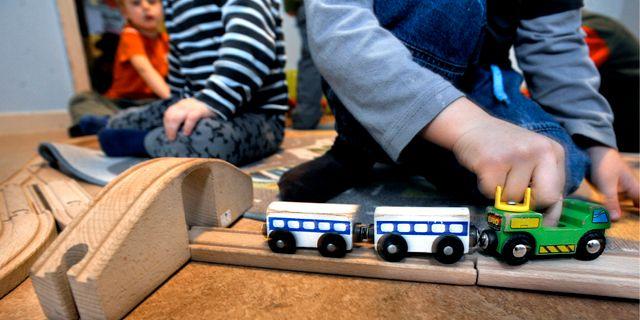 Barn på en förskola leker barnen med trätåg. Tomas Oneborg / SvD / TT / TT NYHETSBYRÅN