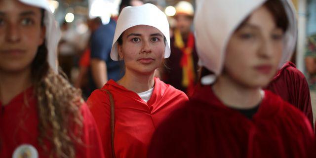 Aktivister i protest mot en av presidentkandidaterna i Costa Rica. JOSE CABEZAS / TT NYHETSBYRÅN