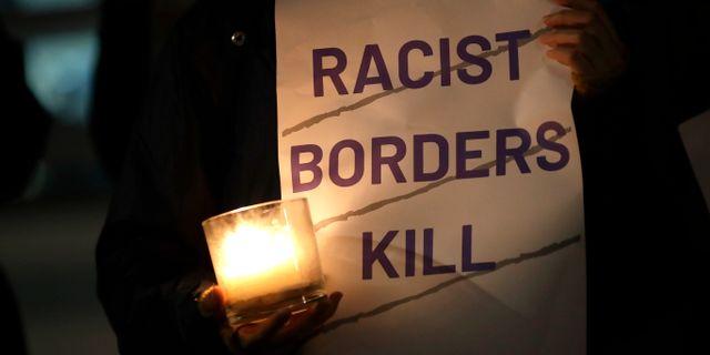 Människor i protest mot att 39 kroppar hittats döda utanför London. Kirsty Wigglesworth / TT NYHETSBYRÅN