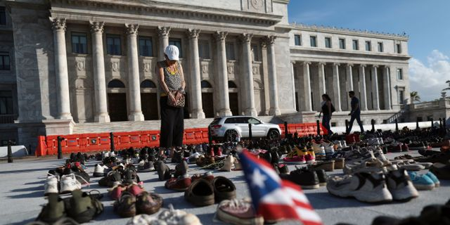 Bild från fredagen: Hundratals skor uppställda utanför Kapitolium i en manifestation för orkanens offer. ALVIN BAEZ / TT NYHETSBYRÅN