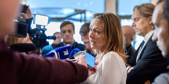 Linda Hofstad Helleland möter pressen efter beskedet.  FABRICE COFFRINI / AFP