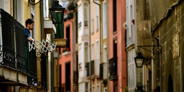 En man på sin balkong i Vitoria i norra Spanien. Alvaro Barrientos / TT NYHETSBYRÅN