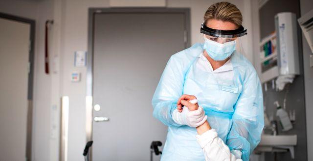 Undersköterska på Akademiska sjukhuset i Uppsala.  Pontus Lundahl/TT / TT NYHETSBYRÅN