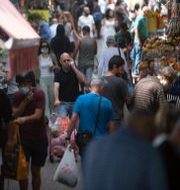 Människor på en marknad i Tel Aviv under söndagen.  Sebastian Scheiner / TT NYHETSBYRÅN