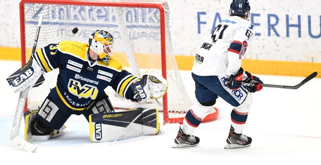 Linköpings Marcus Ljung sätter sin straff bakom HV71s Jonas Gunnarsson Mikael Fritzon/TT / TT NYHETSBYRÅN