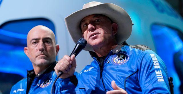 Mark Bezos (vänster) och Jeff Bezos (höger).  Tony Gutierrez / TT NYHETSBYRÅN
