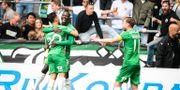 Hammarbys Pa Amat Dibba jublar med Jiloan Hamas och Arnor Smarason efter sitt 2–0-mål. Maja Suslin/TT / TT NYHETSBYRÅN