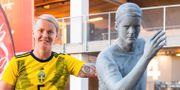 Nilla Fischer tillsammans med sin staty.  SIMON HASTEGÅRD / BILDBYRÅN