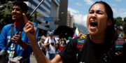 Demonstranter ropar slagord mot presidenten på torsdagen. CARLOS GARCIA RAWLINS / TT NYHETSBYRÅN