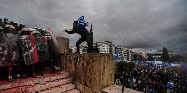 Polis och demonstranter utanför grekiska parlamentet på söndagen.  ARIS MESSINIS / AFP