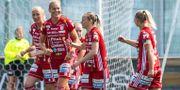 Piteås Nina Jakobsson jublar med lagkamrater efter 0-1. JOHAN LÖF / BILDBYRÅN