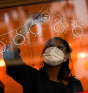 En kvinna i Bryssel bär munskydd Francisco Seco / TT NYHETSBYRÅN