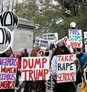 En kvinnoorganisation protesterar utanför Trump International Hotel i New York. Bilden är från den 12 oktober. Frank Franklin II / TT / NTB Scanpix