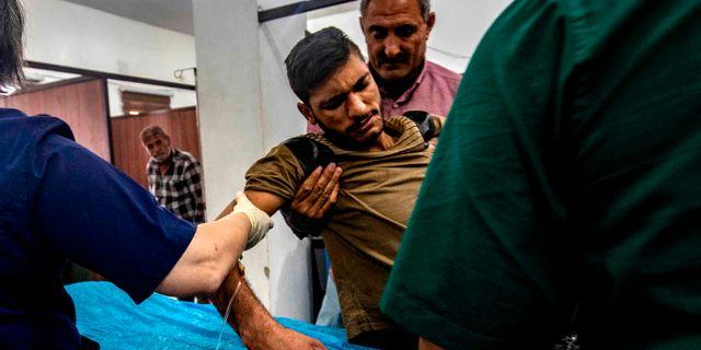 Skadad man behandlas på sjukhuset i Tal Tamr i Syrien nära den turkiska gränsen. DELIL SOULEIMAN / AFP