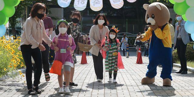 Förstaklasselever på en skola i Ulsan, Sydkorea. Kim Yong-tai / TT NYHETSBYRÅN