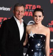 Disneys vd Bob Iger tillsammans med Daisy Ridley vid premiären av Star Wars: The Last Jedi i december 2017. Jordan Strauss / TT / NTB Scanpix