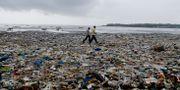Plastskräp på stranden Versoca i Mumbai. Rajanish Kakade / TT NYHETSBYRÅN