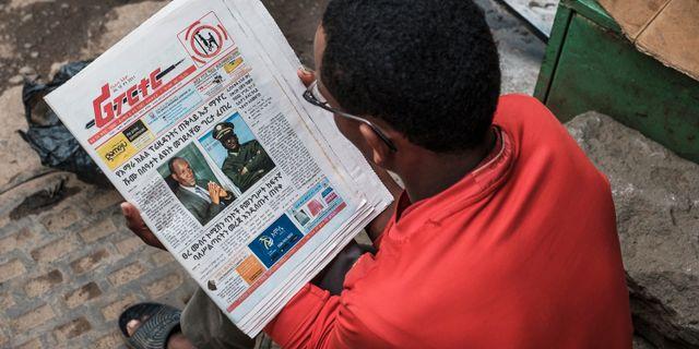 En man läser nyheterna om kuppförsöket. EDUARDO SOTERAS / AFP