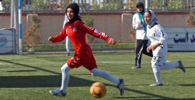 Arkivbild. Flickor spelar fotboll i Mazar-i-Sharif i Afghanistan, i april 2014.  Mustafa Najafizada / TT NYHETSBYRÅN