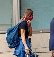 Kryjstsina Tsimanouskaja går in i Polens ambassad i Tokyo. Igår beviljades hon asyl i Polen. KIM KYUNG-HOON / BILDBYRÅN