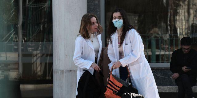 Sjuksköterskor utanför ett sjukhus i Grekland. SAKIS MITROLIDIS / TT NYHETSBYRÅN