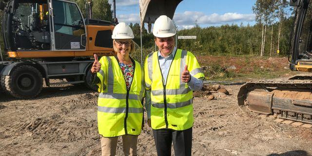 Trafikverkets generaldirektör Lena Erixon och statsminister Stefan Löfven (S) gör tummen upp efter att det första spadtaget för den inledande sträckan av Norrbotniabanan tagits. Erik Paulsson-Rönnbäck/TT / TT NYHETSBYRÅN
