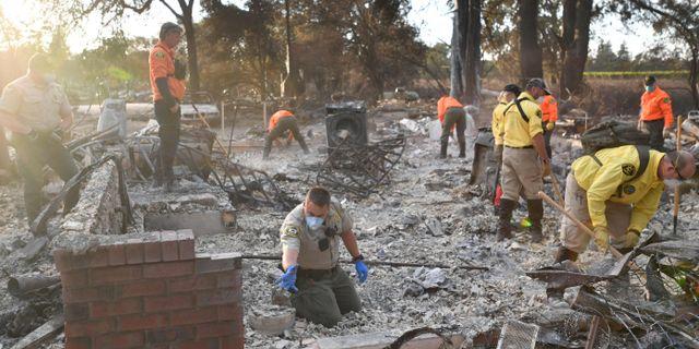 Ett räddningsteam söker efter kvarlevorna efter en person som rapporterats som saknad i Santa Rosa, Kalifornien. JOSH EDELSON / AFP