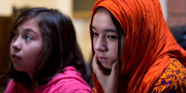 Shahnaz, 16, och Shakeela, 12, vars mamma har förts till ett koncentrationsläger. 29 november 2018.  B.K. Bangash / TT NYHETSBYRÅN/ NTB Scanpix