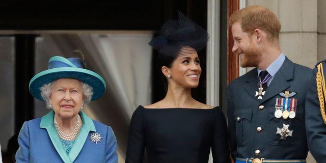 Drottning Elizabeth II, Meghan Markle och prins Harry. Arkivbild. Matt Dunham / TT NYHETSBYRÅN