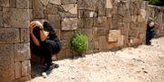 Israeler tar skydd efter ett larm om raketbeskjutning under söndagen.  AMIR COHEN / TT NYHETSBYRÅN